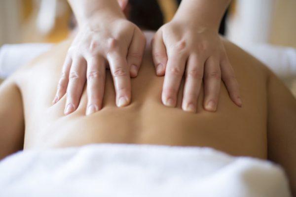 """Masajul Anticelulitic este un adevărat adjuvant în combaterea celulitei. Combinat cu orele de antrenament, rezultatele sunt incredibile, iar aspectul de """"coajă de portocala"""" este vizibil diminuat după primele ședințe. Benefic pentru stimularea circulației sanguine, masajul anticelulitic ajută și la eliminarea toxinelor din corp, diminuarea stratului adipos, îmbunătățirea oxigenării țesuturilor. Se reduce celulita și aspectul pielii se îmbunătățește. Dupa numai o lună de masaj efectuat cu o regularitate de 1-2 ori pe săptămână vei remarca vizibile rezultate, iar dacă vei combina cu ședințe de sport, rezultatele sunt mult mai rapide."""
