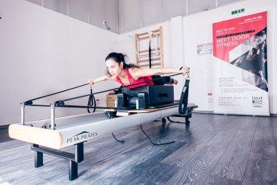 Antrenamentul Pilates Reformer, realizat în mod constant, garantează rezultate foarte bune, vizibile într-un timp relativ scurt, motiv pentru care este alegerea mai multor vedete din Romania și din străinătate. Reformerul Pilates îți conferă susținere, te obligă să lucrezi la capacitate maximă și să antrenezi simultan mai multe grupe musculare.